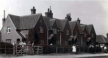 Cottages in Crow Lane about 1900 [X21/756/20]